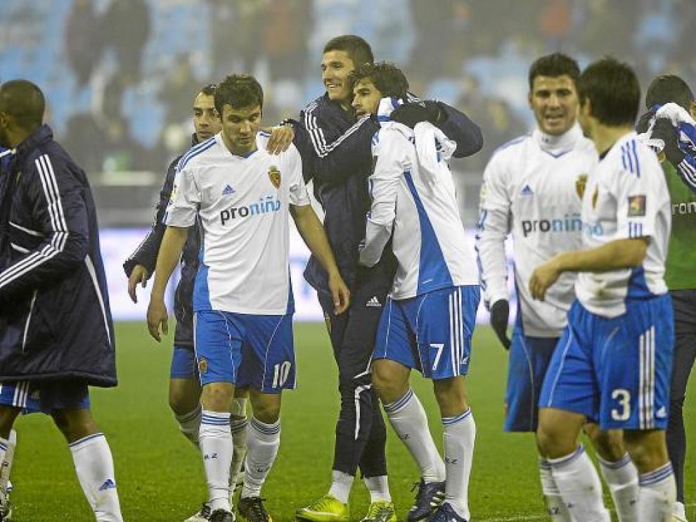 Los jugadores del Real Zaragoza se felicitan tras ganar