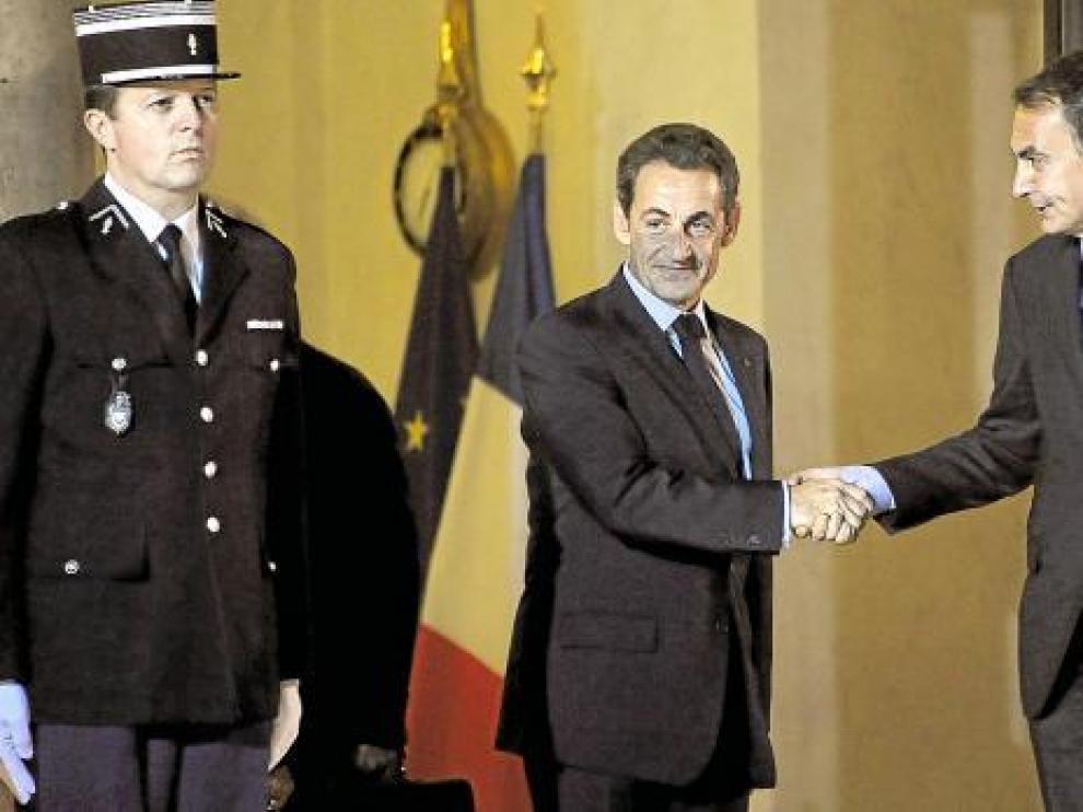 Nikolas Sarkozy y José Luis Rodríguez Zapatero se saludan antes de comenzar el encuentro.
