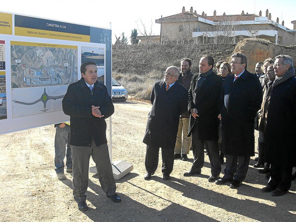 Los representantes políticos escucharon las explicaciones sobre la construcción de la rotonda