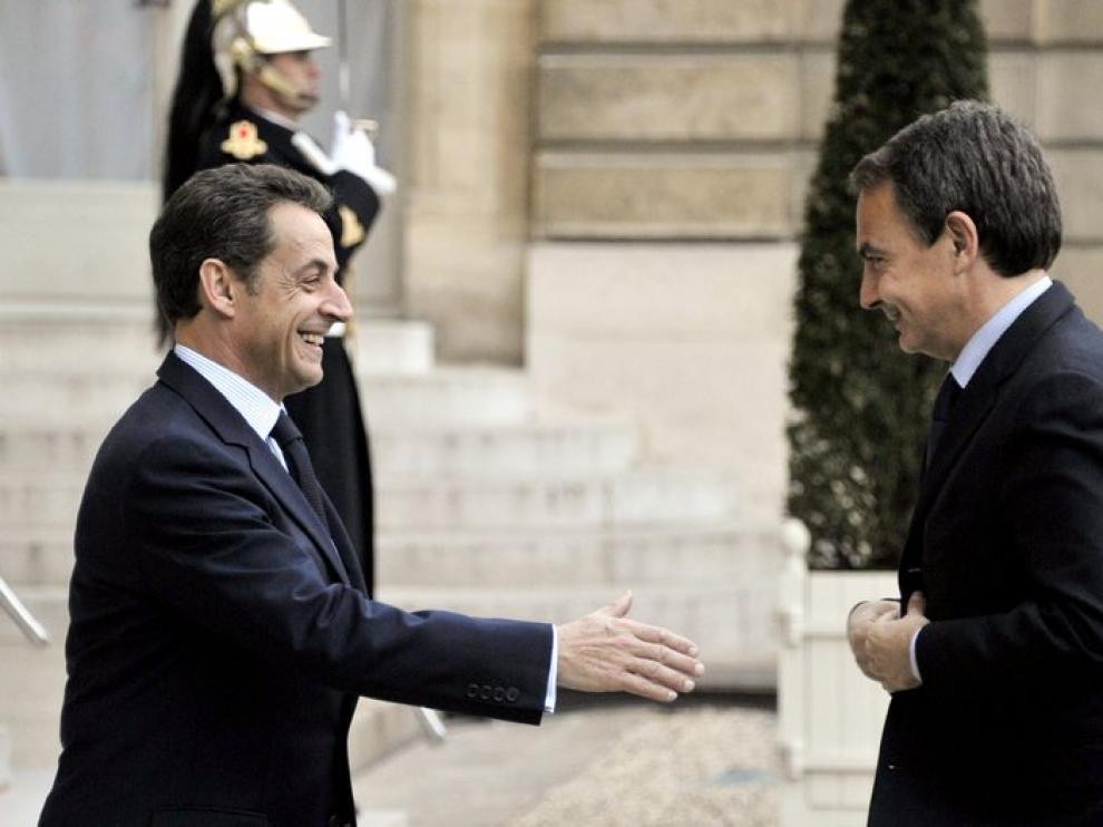 El presidente francés recibe a su homólogo español en la puerta del Elíseo