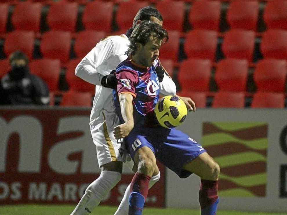 Camacho, pese a estar muy sujetado, supo desmarcarse bien para llegar al remate en el primer y único gol del partido.