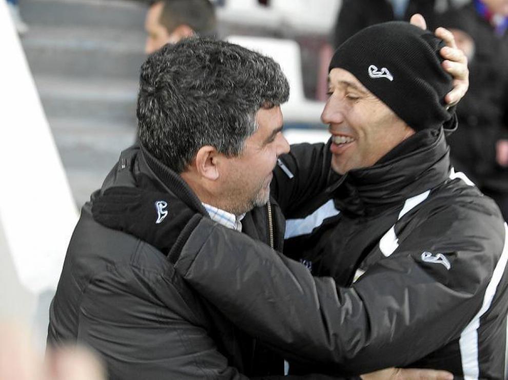 El saludo entre Onésimo y Calderón, pasado y presente del Huesca y buenos amigos, fue muy afectuoso.