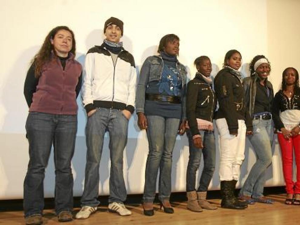 El grupo Malabares, guiado por Mónica Lloro (izda.), presentó su exposición en el Centro Cívico.
