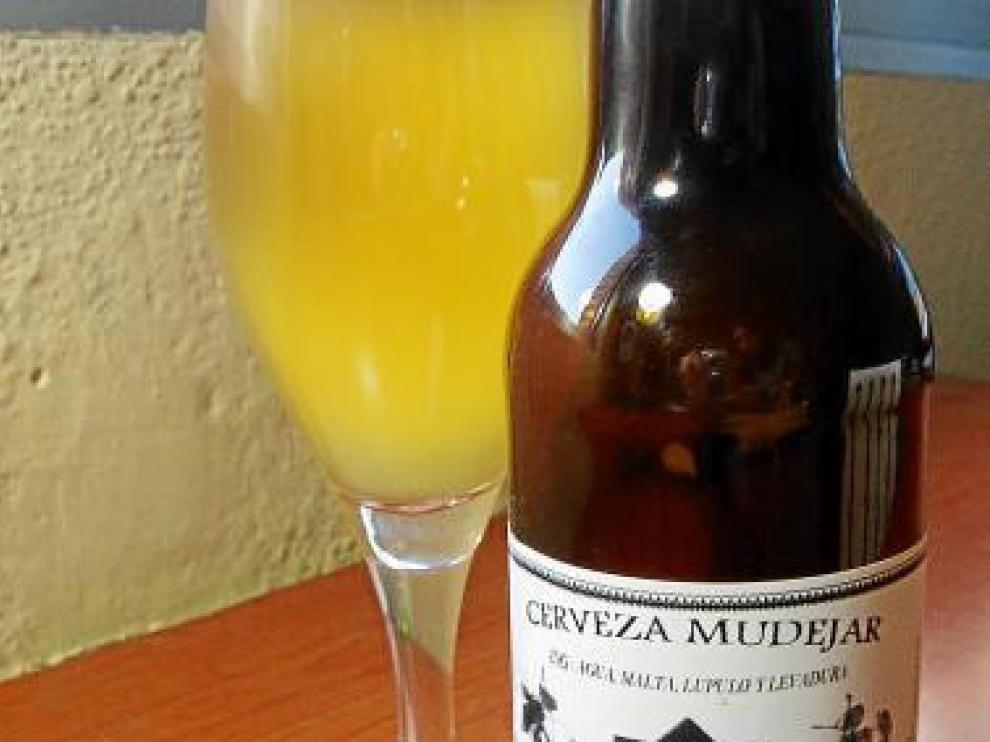 Una botella de cerveza artesana Mudéjar de la variedad rubia.