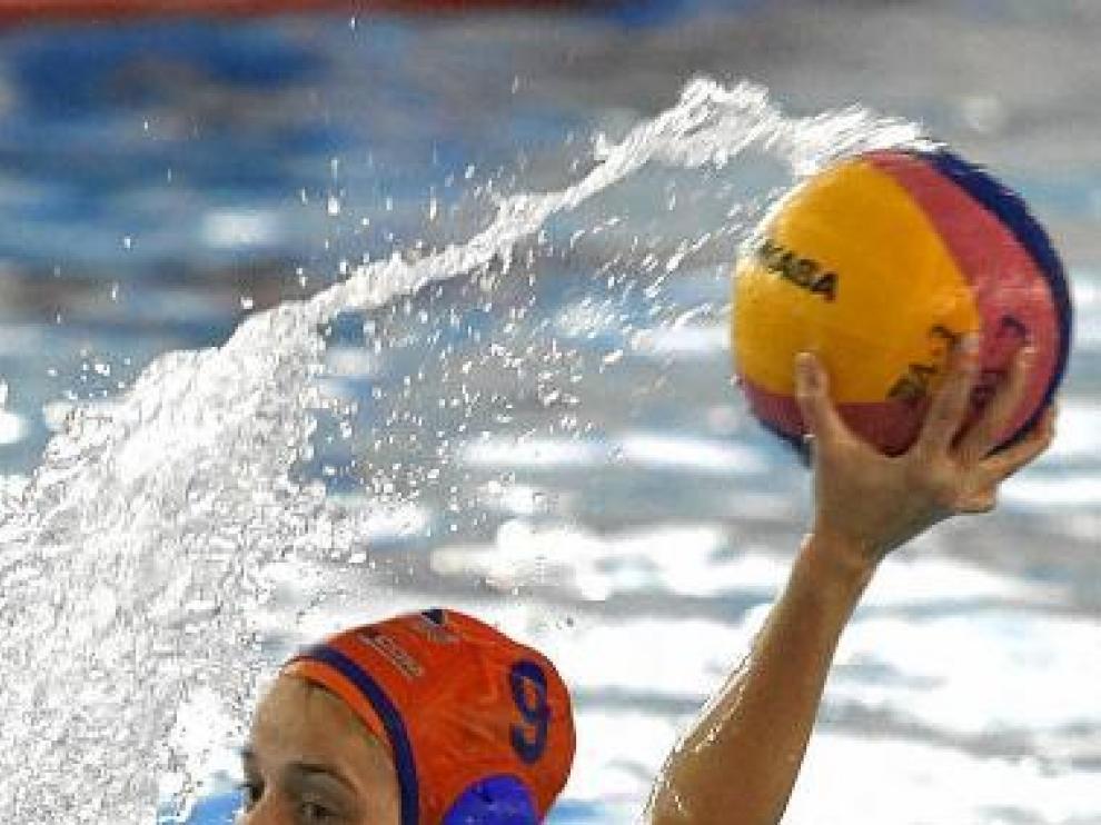 Patricia Genzor arma el brazo para efectuar un lanzamiento.