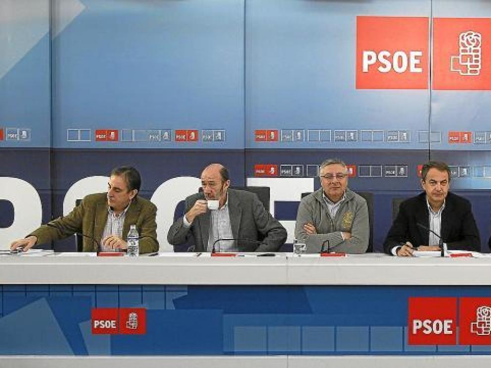 De izquierda a derecha, Gómez, Rubalcaba, Blanco, Zapatero, Cháves, Iglesias y Zarrías, ayer en la reunión