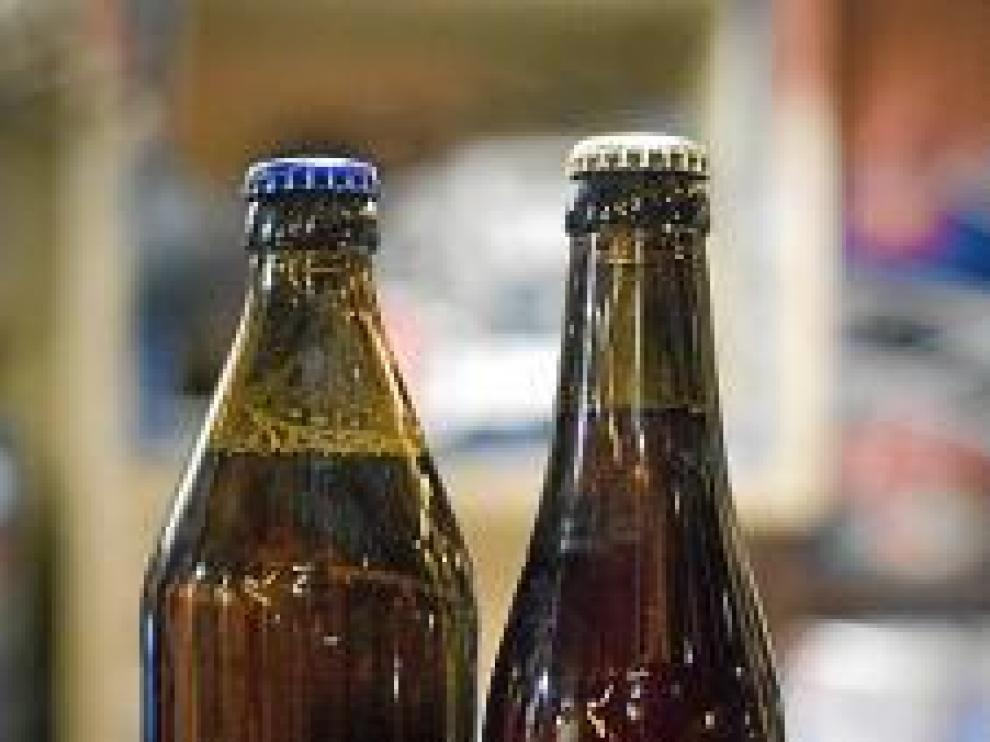 La cerveza casera que fabrica Sergio Ruiz, en copa, con su espectacular  espuma, y en su botella.