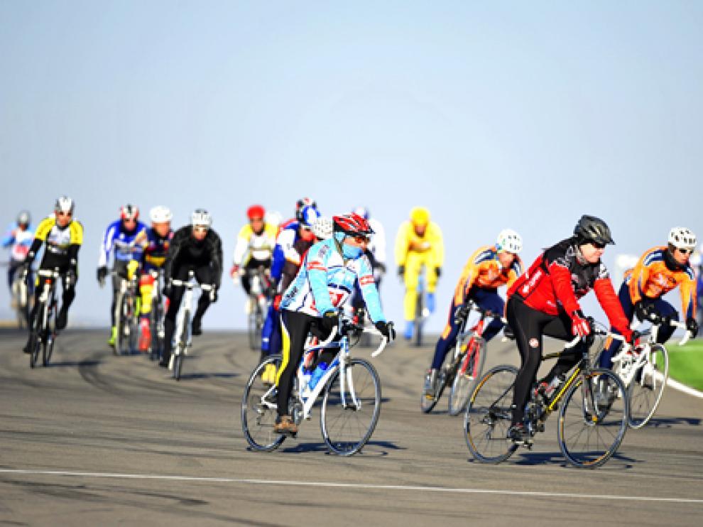 Varios ciclistas durante la prueba