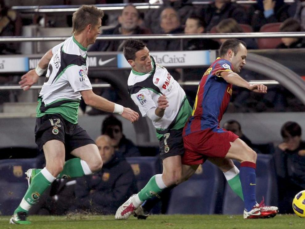 Andrés Iniesta conduce el balón.