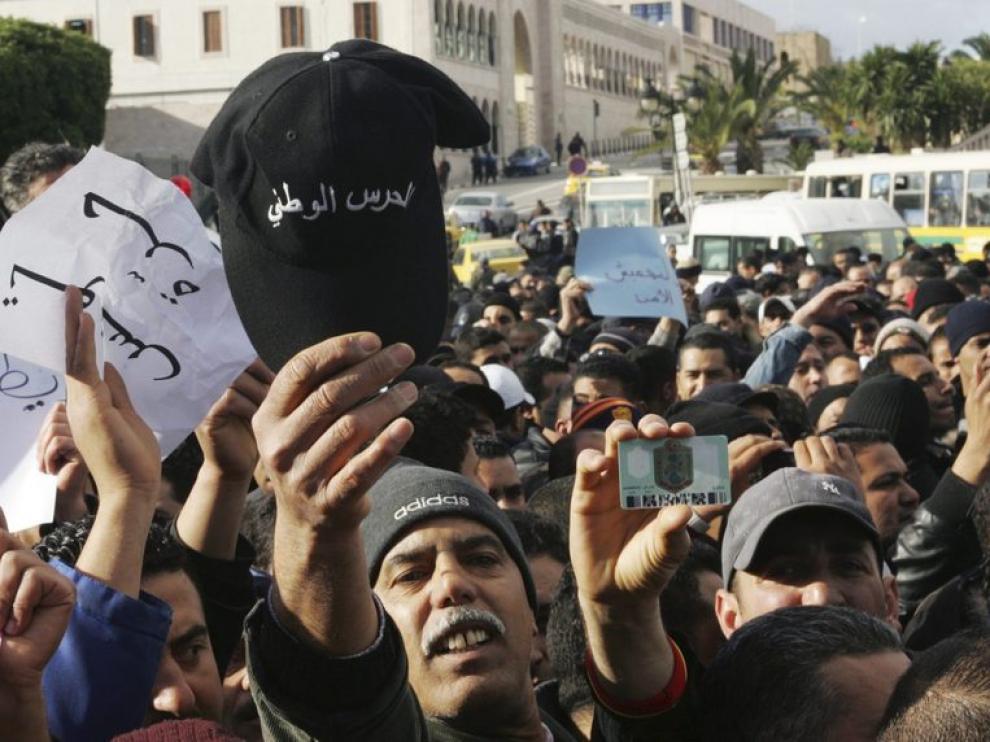 Policías tunecinos se manifiestan por las calles del país.