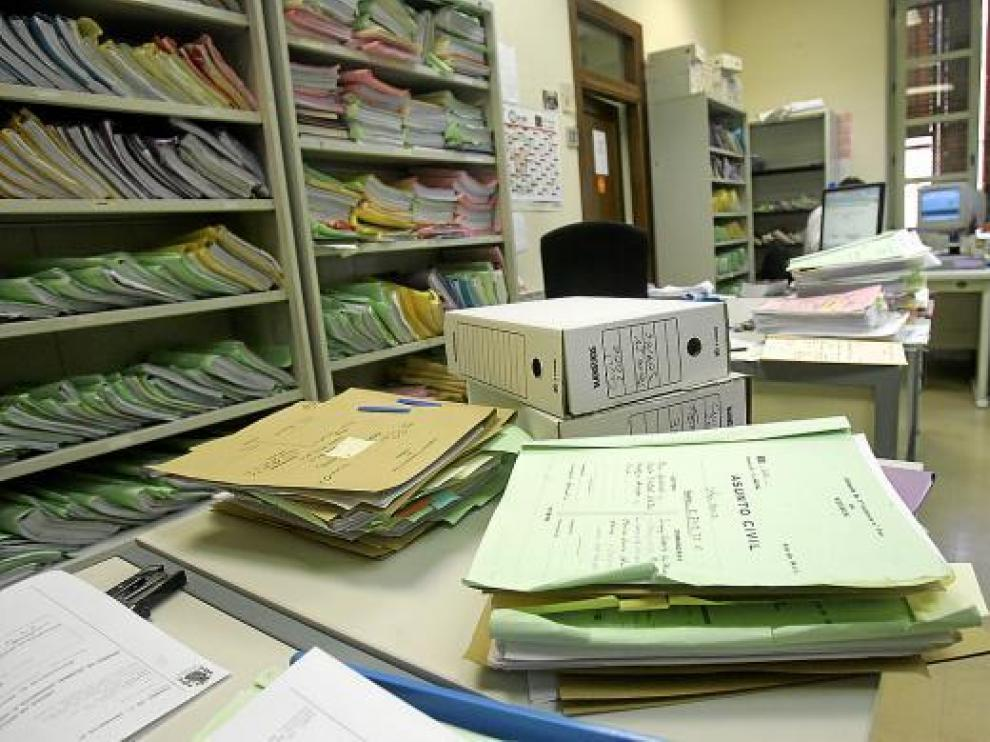 Los expedientes 'vivos' se acumulan en las estanterías de los juzgados civiles de Aragón.