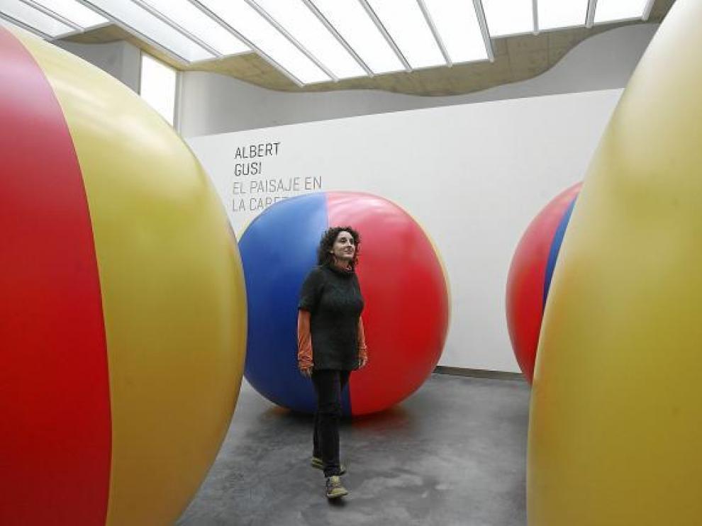 El artista Albert Gusi propone soltar estas grandes bolas por el glaciar del Aneto.