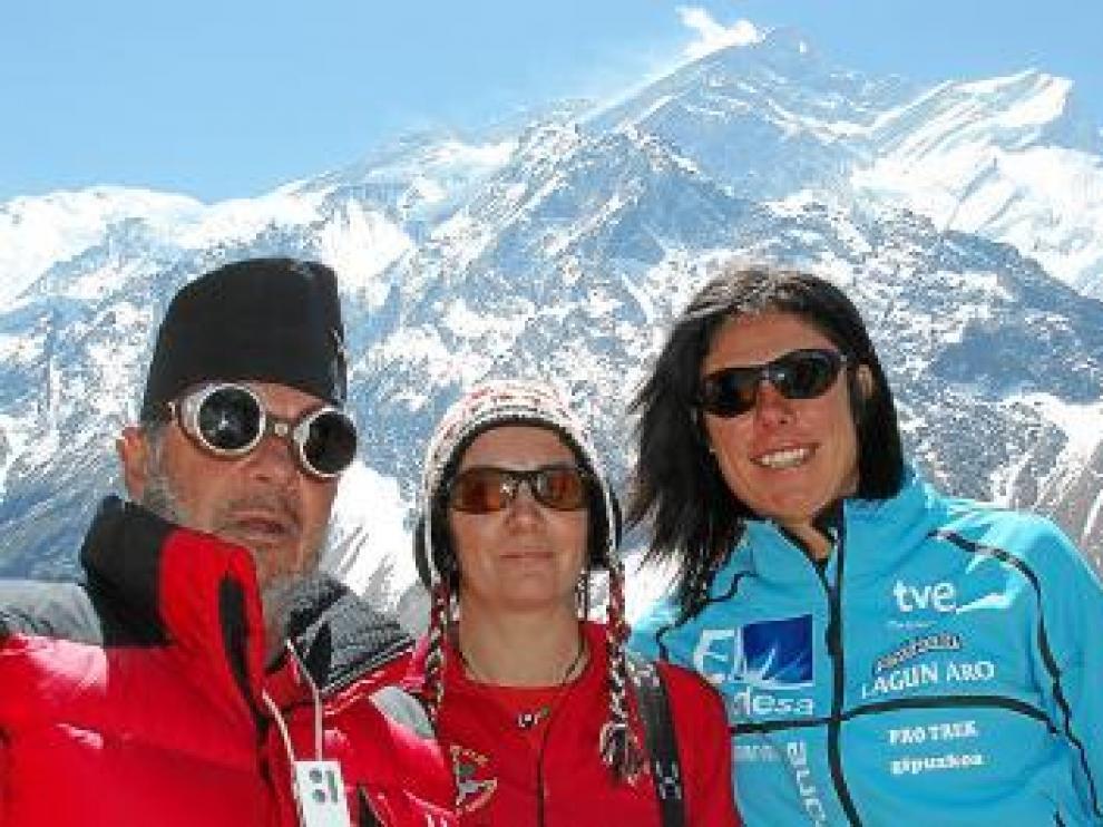 Los doctores Nerín y Morandeira, con Edurne Pasaban, en el Annapurna.