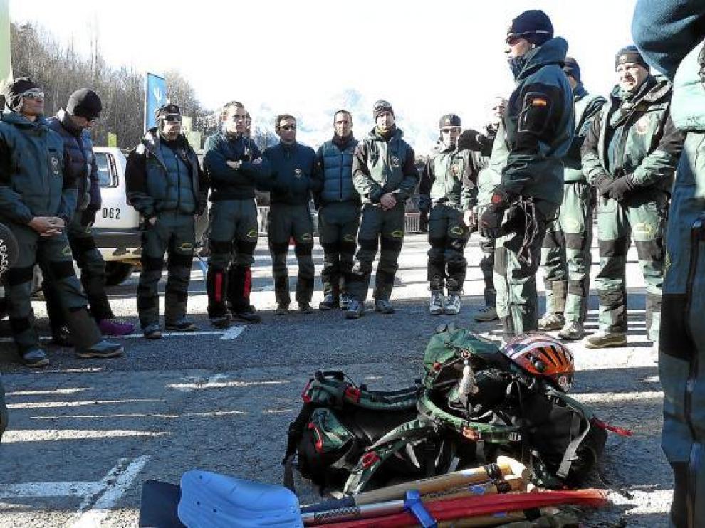 Los agentes que participaron ayer en la búsqueda escuchan las órdenes del teniente Rodríguez (centro).
