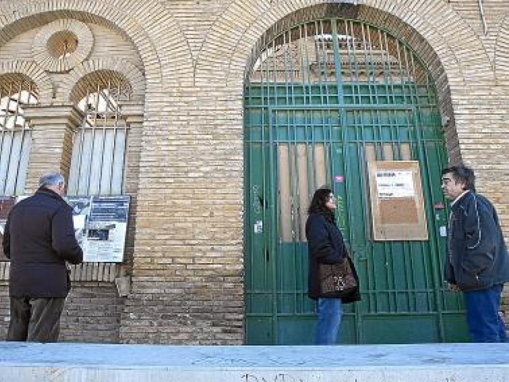 Vecinos de Torrero esperan que los okupas abran la cárcel.