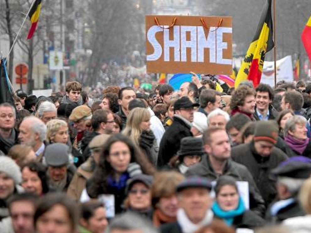 Miles de belgas, en la marcha de ayer bajo el lema 'Shame' (vergüenza en inglés).