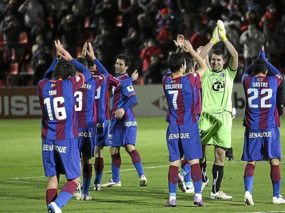 Los futbolistas del Huesca, fundidos en un aplauso recíproco con los aficionados tras la victoria del pasado sábado sobre el Albacete.