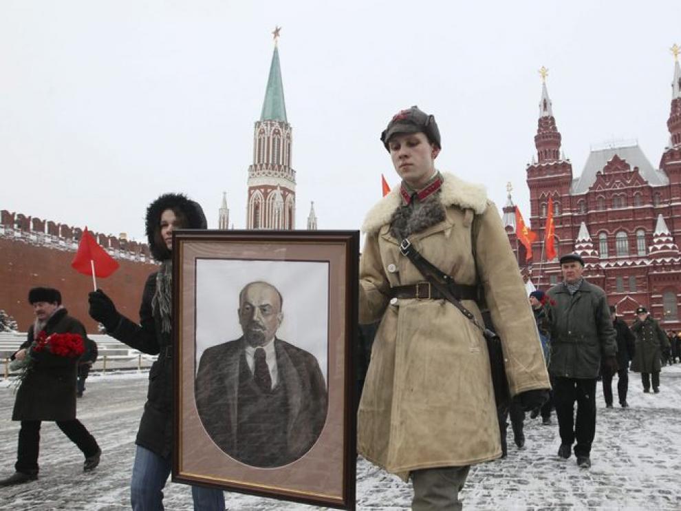 Algunos rusos conmemoran el 87 aniversario de la muerte de Lennin junto a su mausoleo.