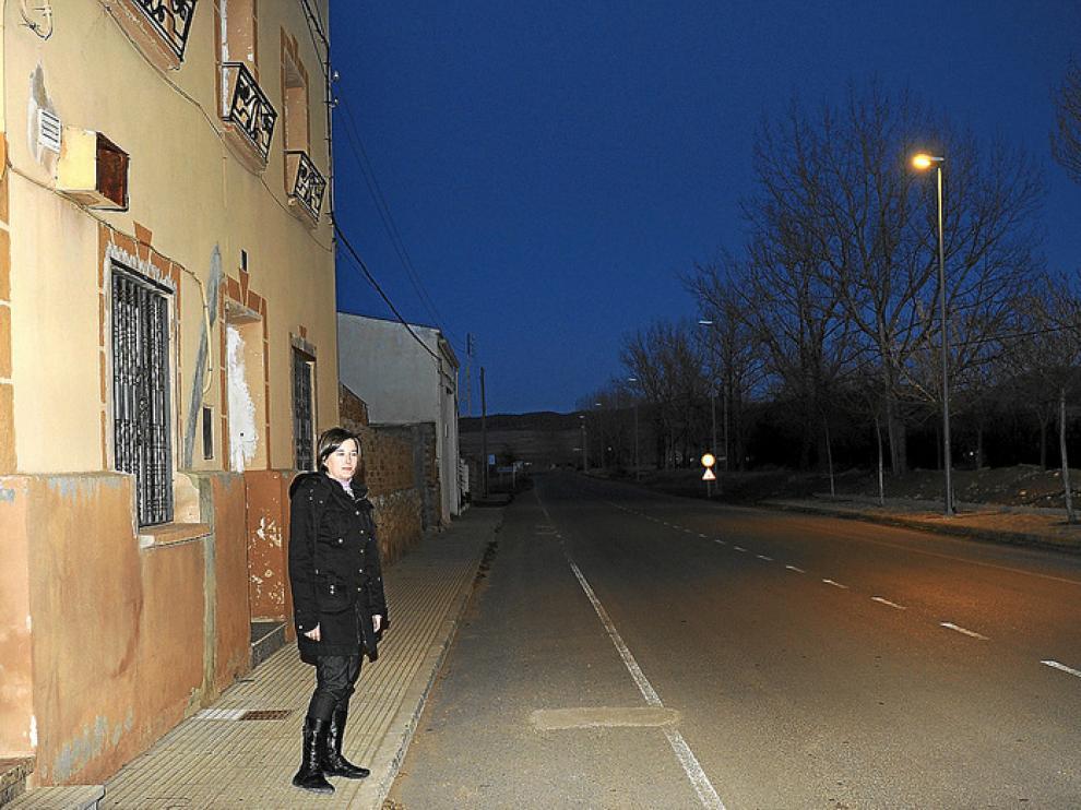 Una vecina, frente a la última farola con luz en el pueblo