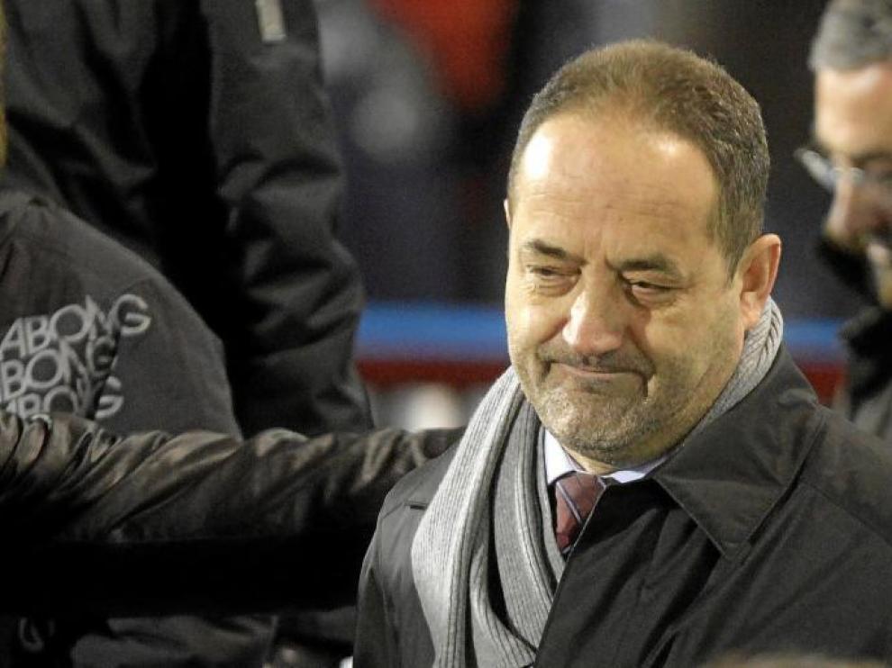 Agapito Iglesias, ayer en el palco al final del partido, recibe las felicitaciones por el triunfo ante el Deportivo.