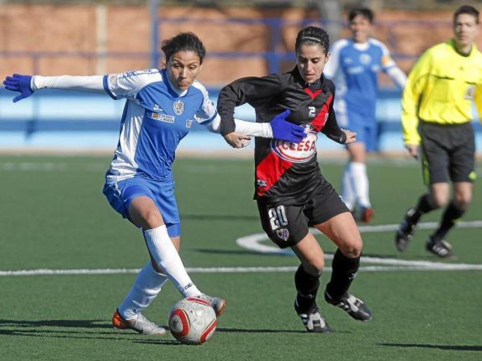 Una jugadora del Prainsa controla el balón ante la presencia de una rival.