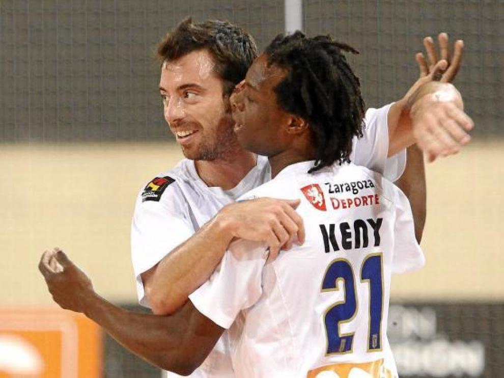 Nano Modrego se abraza a Keny en la celebración de un gol.