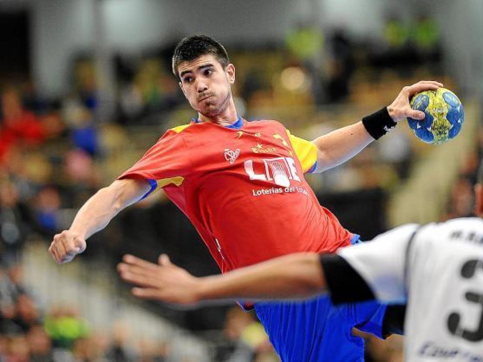 Eduardo Gurbindo intenta anotar en un partido del Mundial de Suecia.
