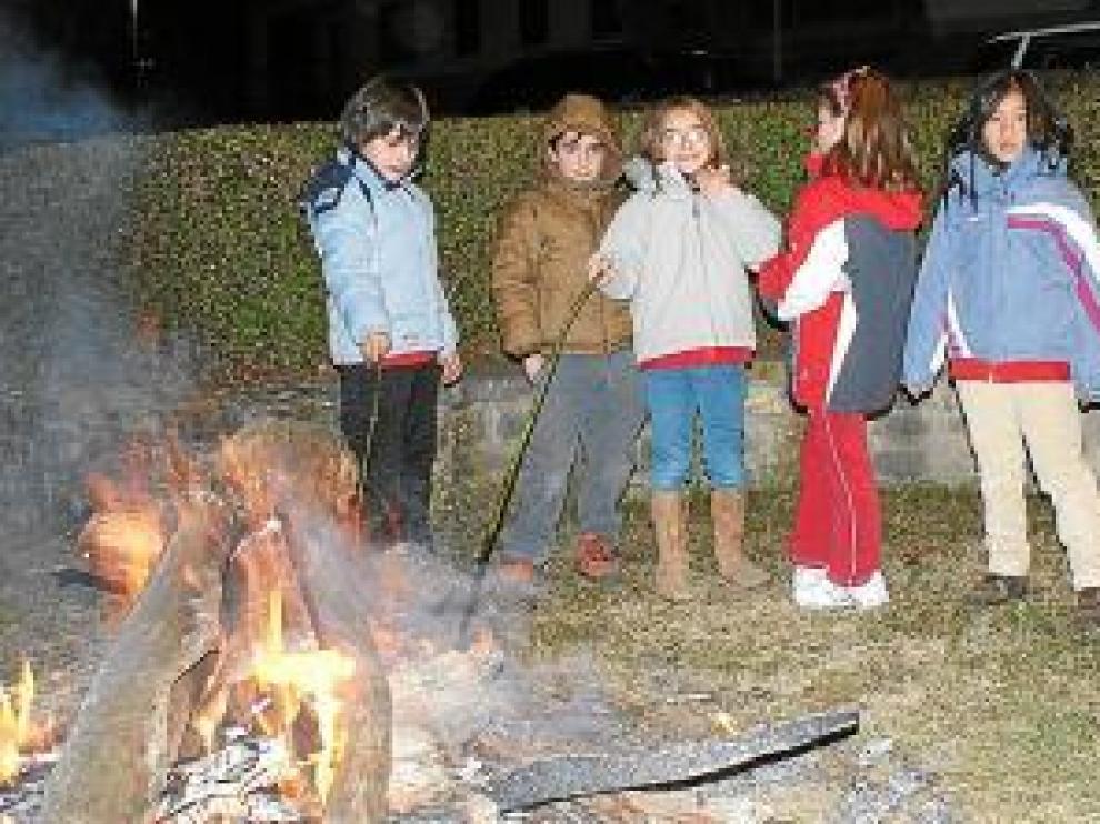 Los niños disfrutaron de una noche llena de tradición.