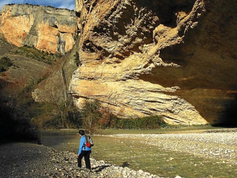 Un niño disfruta de la naturaleza a las orillas del río Vero, cerca de Alquézar, junto a la cueva de Picamartillo.
