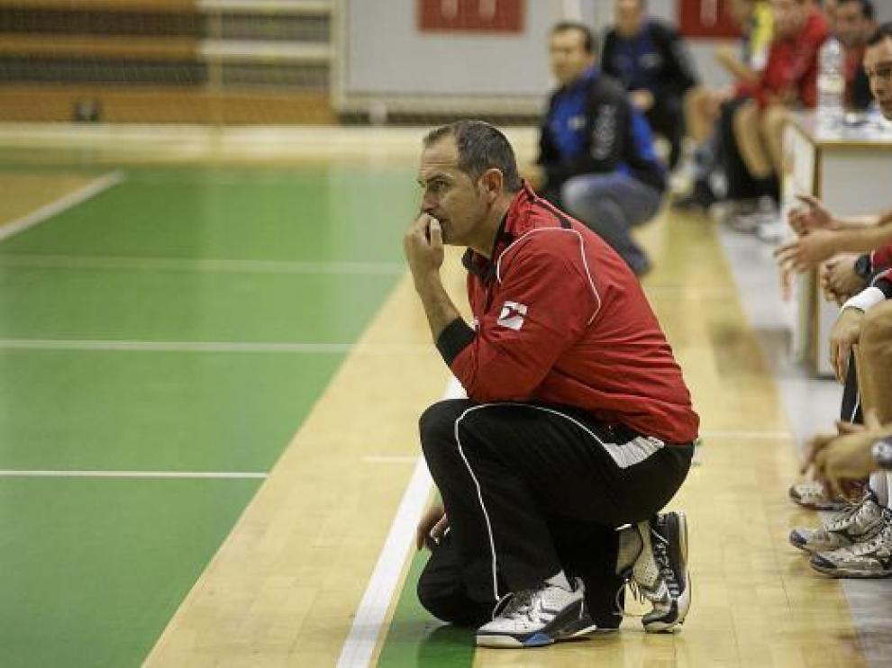 José Francisco Nolasco, entrenador del Obearagón, pensativo durante un partido.
