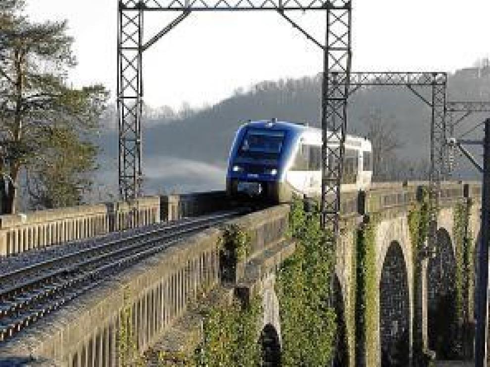 Un automotor pasa por el viaducto de Las Hies.