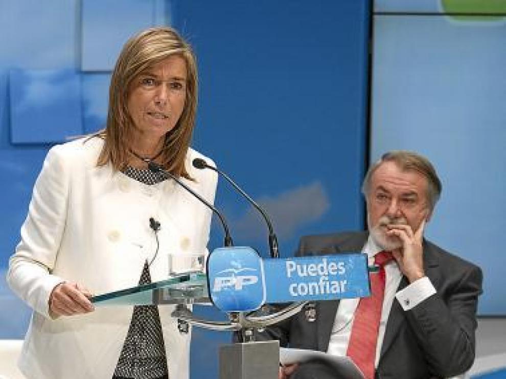 Ana Mato, con Mayor Oreja el pasado sábado en Sevilla.
