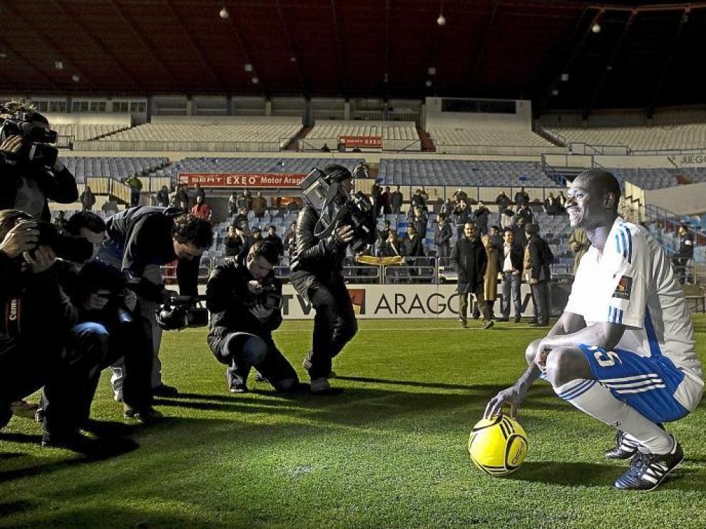 El centrocampista Guirane N'Daw, primer refuerzo del Real Zaragoza en el mercado invernal, fue presentado ayer en La Romareda.