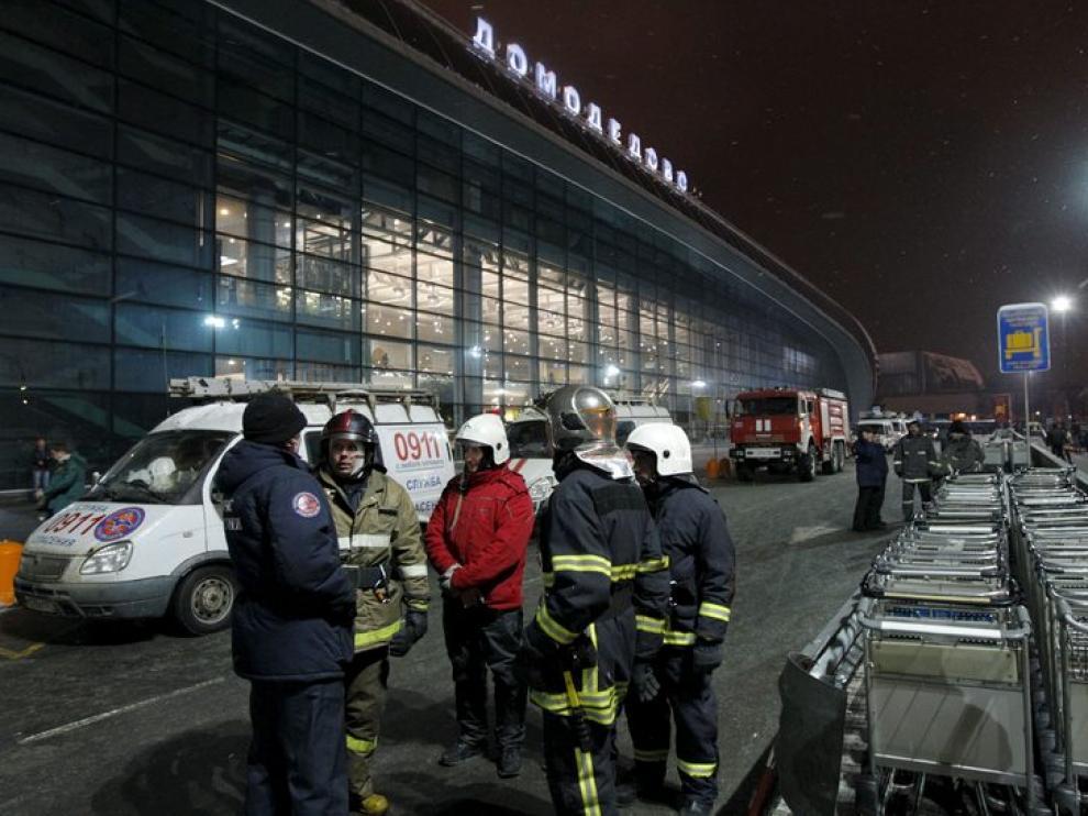 Bomberos y personal de emergencias en el exterior de la terminal del aeropuerto de Domodedovo.