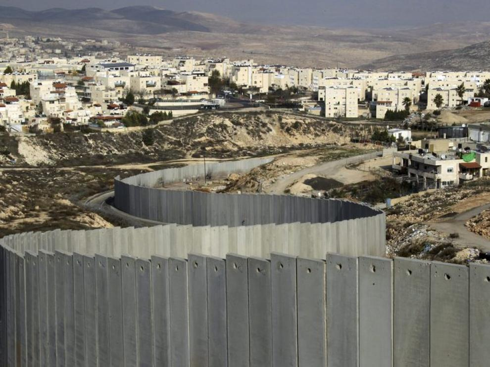 Vista del muro de separación construído por Israel en Jerusalén, entre un barrio judío y un asentamiento palestino