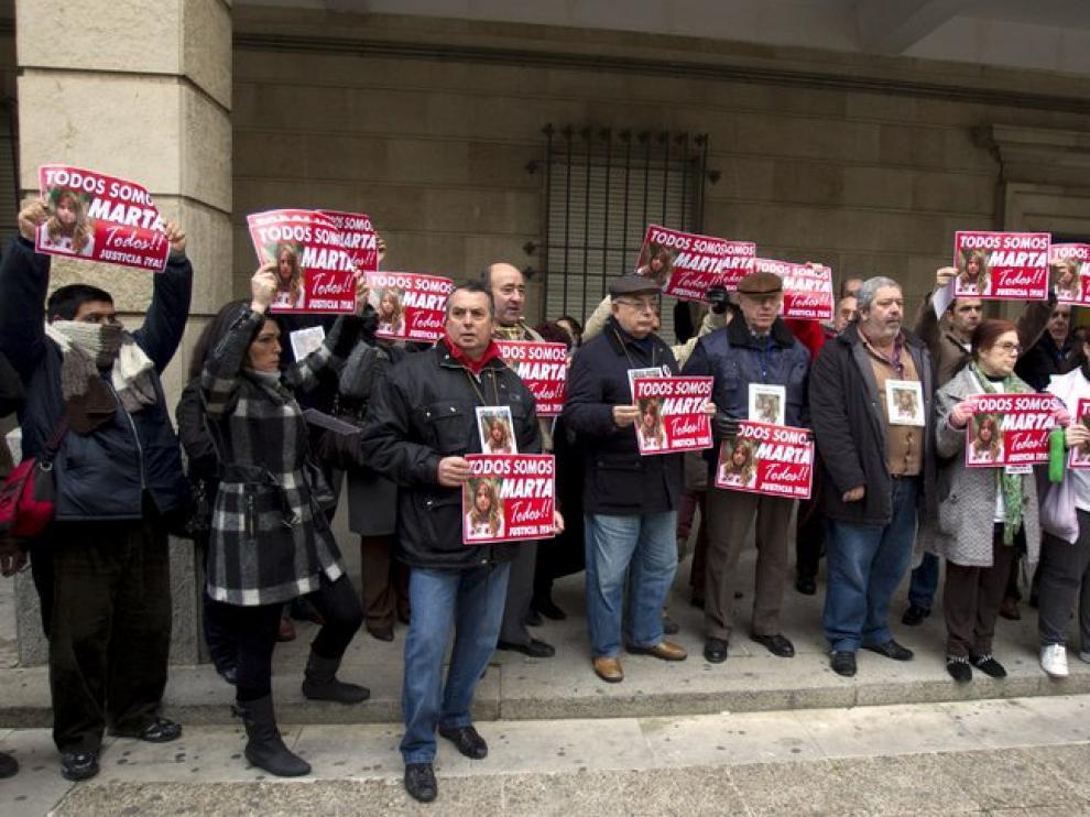 Amigos y familiares de Marta del Castillo en la puerta de la Audiencia de Sevilla.