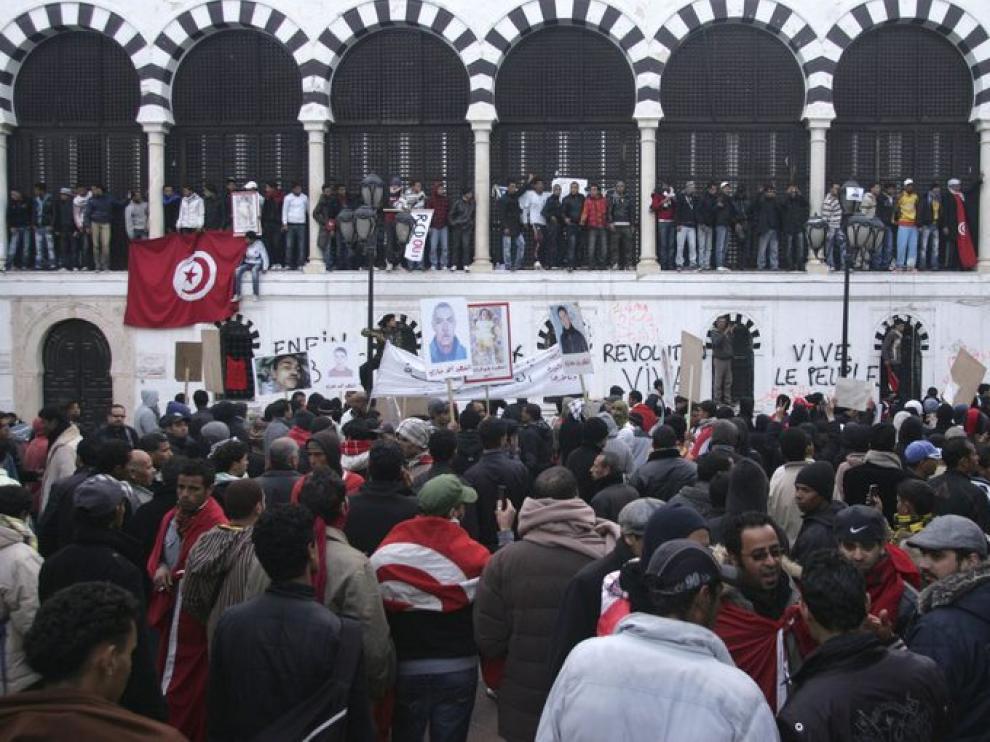 Miles de manifestantes agolpados ante el Palacio del Gobierno de Túnez, hoy