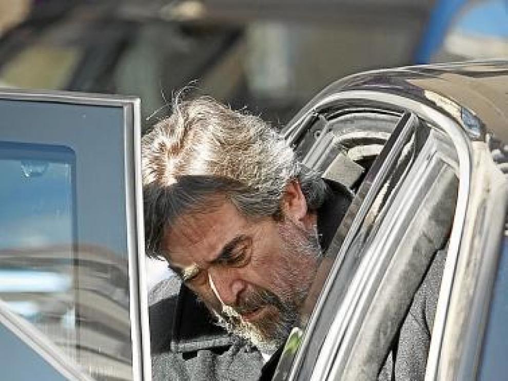 Belloch entra en el coche tras un acto público, ayer.