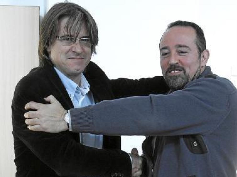 Carlos Rubio y Vitelio Tena se abrazan tras la elección.