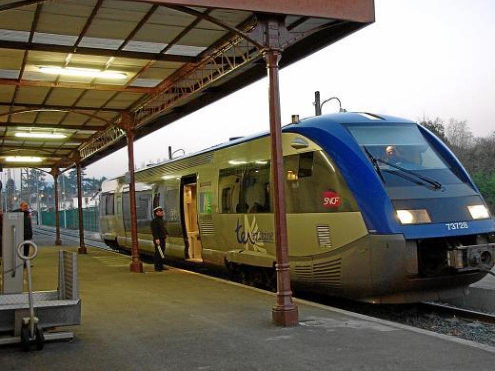 Un tren regional, en la estación de Olorón, tras reabrirse el tramo Pau-Olorón el pasado lunes.