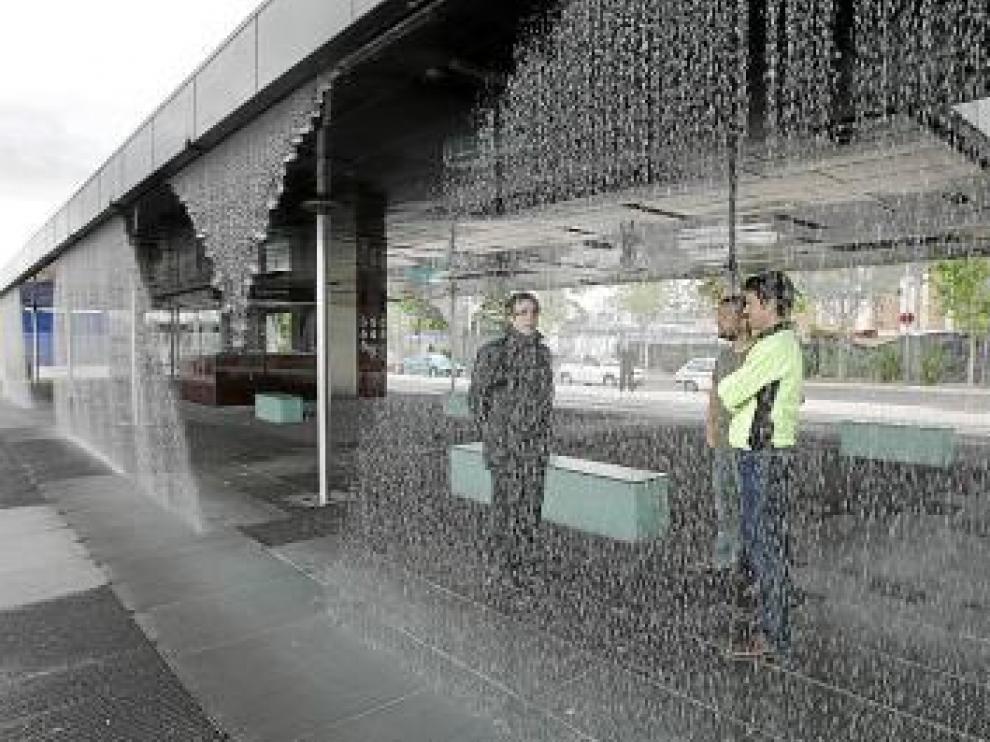 La cortina de agua muestra formas y hasta palabras.
