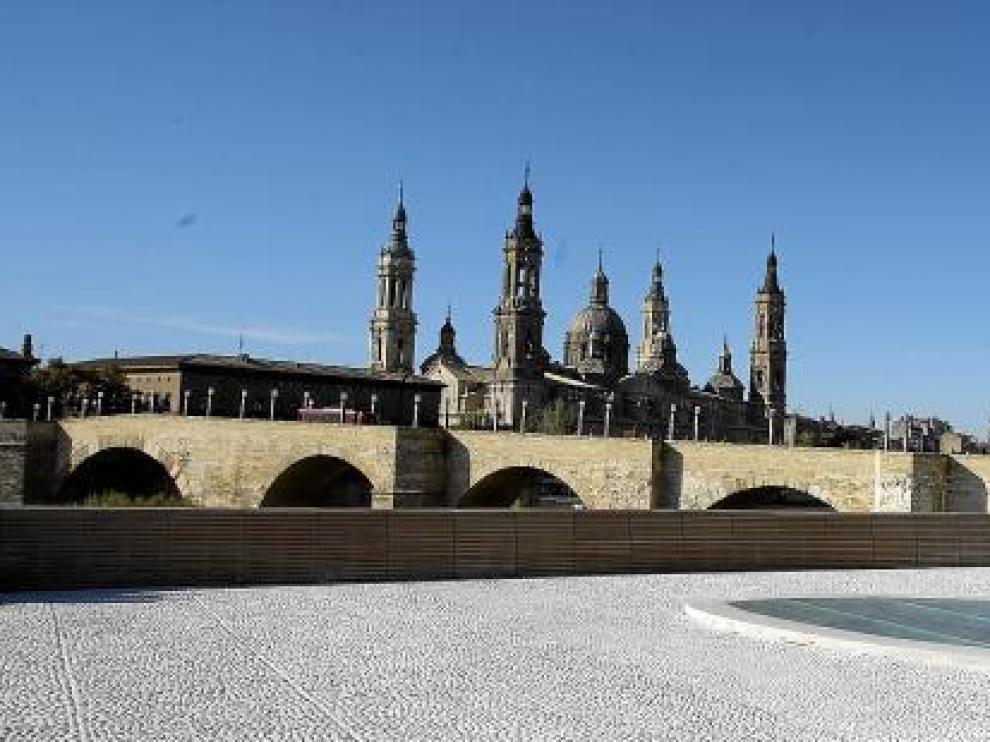 Imagen del balcón de San Lázaro, con el puente de Piedra y las torres del Pilar al fondo.