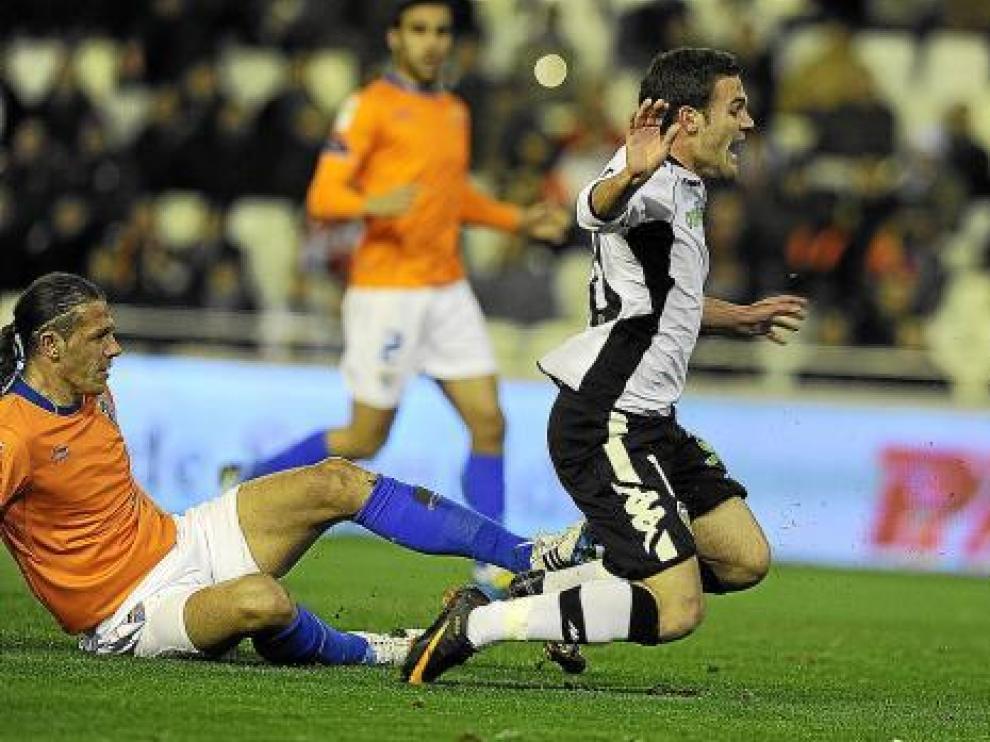 El defensa del Málaga Demichelis comete un penalti sobre Mata en el último partido de Liga.