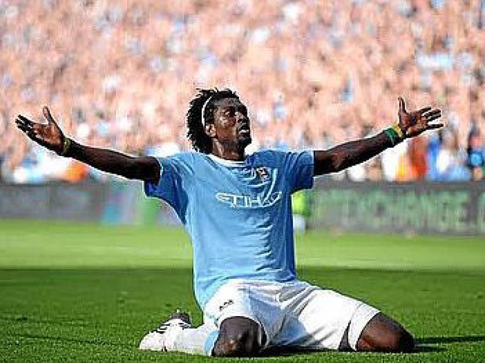 Adebayor celebra un gol con la camiseta del Manchester City.