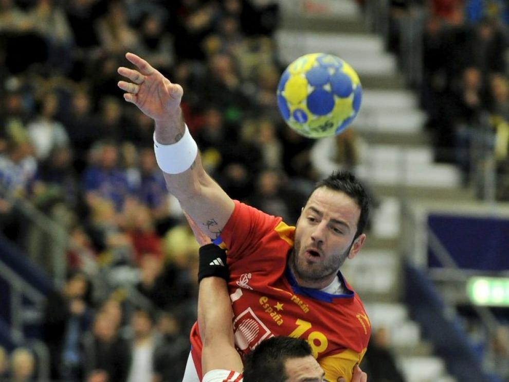 Iker Roemro es obstruído por un rival