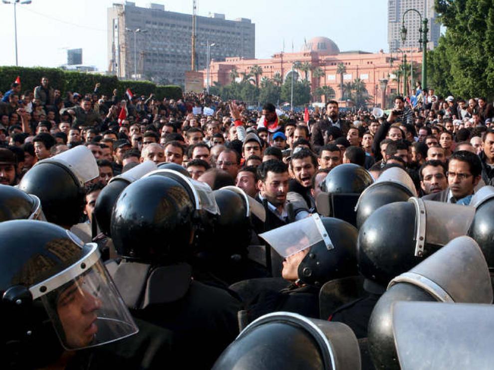 La Policía intenta frenar las protestas en El Cairo