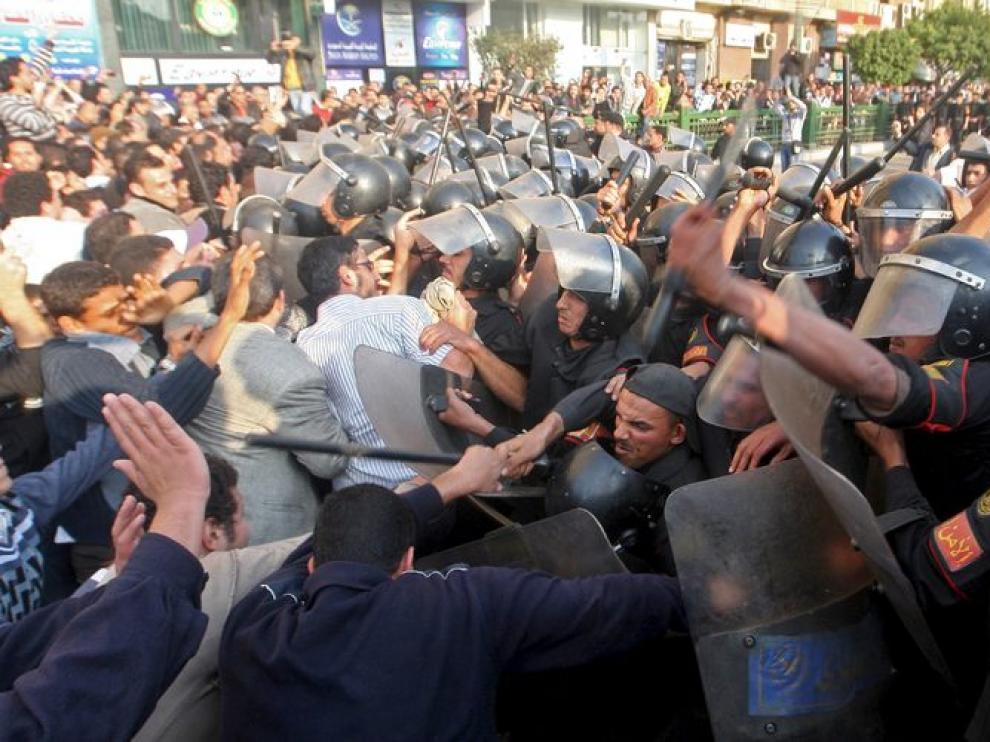 Policías antidisturbios se enfrentan a un grupo de manifestantes en el centro de El Cairo.