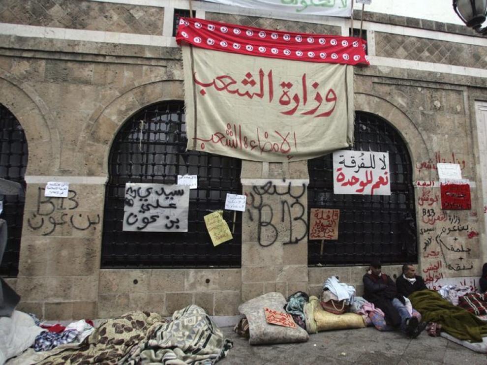Un cartel que reza: ministerio del Pueblo para el pueblo.
