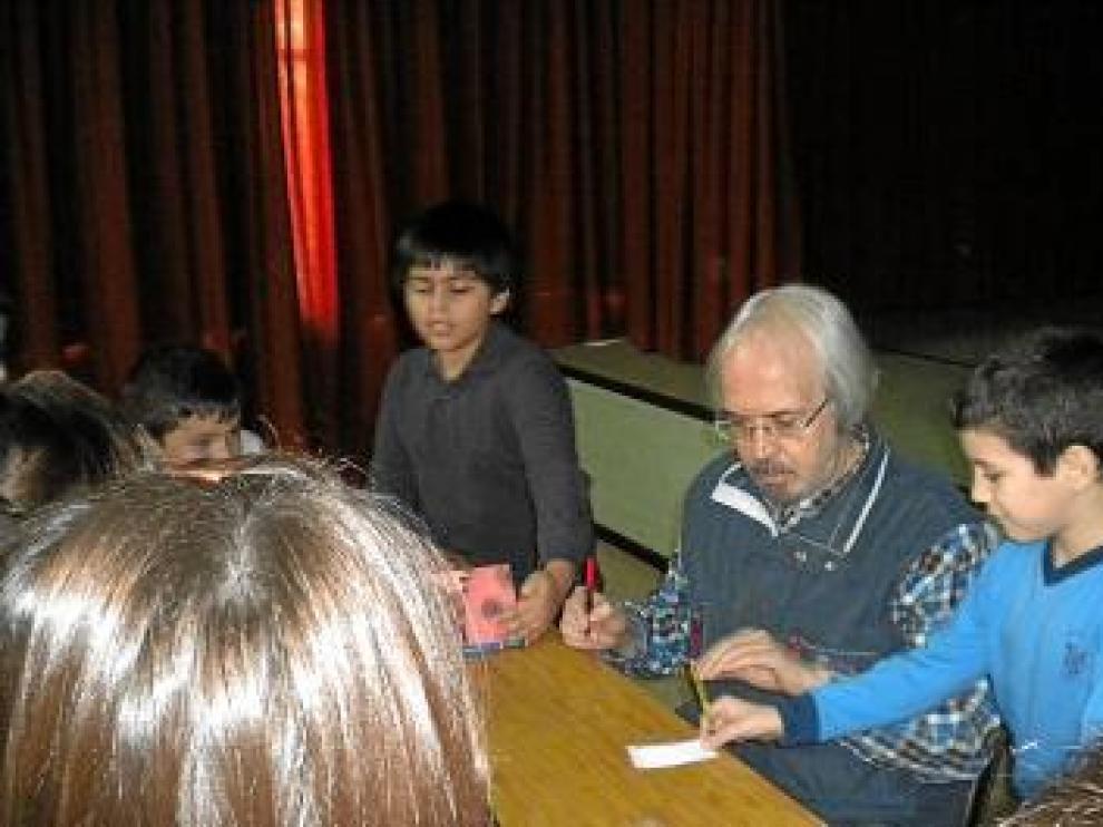 Gisbert firmó ejemplares de sus libros a los alumnos.