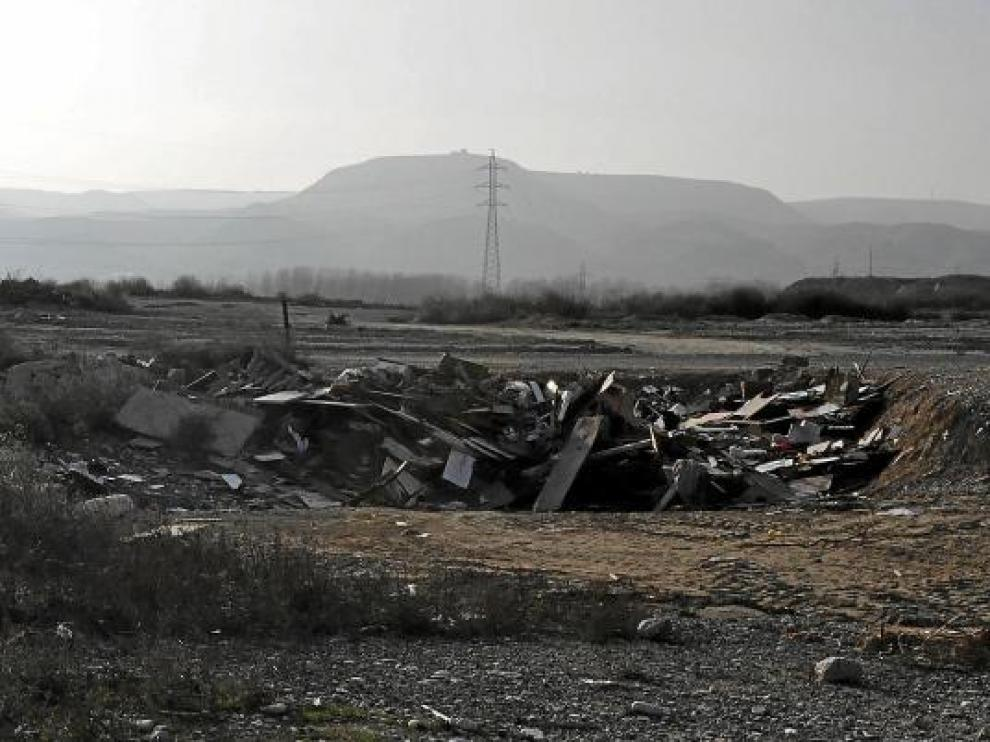 Vertedero municipal de Sedasés, identificado con un cartel como 'punto limpio'